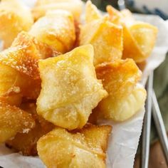 Sweet Cream Cheese Wontons: Crispy Wontons fried or baked to golden perfection and filled with a sweet, two-ingredient cream cheese filling. A perfect appetizer to please all pallets! Wonton Recipes, Appetizer Recipes, Snack Recipes, Cooking Recipes, Snacks, Air Fryer Recipes Dessert, Cream Cheese Wontons, Chicken With Cream Cheese, Desserts With Cream Cheese