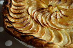 Tarte fine aux pommes. La tarte aux pommes par excellence : une pâte sablée ou feuilletée, des pommes, du sucre !. La recette par Chef Simon.