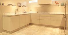 Keuken op maat, witmarmeren werkblad met zijdeglans gespoten fronten. Uitvoering i.s.m. Multipl-X, ontwerp Timebased.