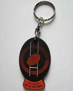 Le gadget idéal pour avoir les clés de la victoire au rugby toujours avec soi ! Porte-clés en PVC 2D.
