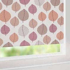 Add a warm autumnal look to your interior with this modern leaf print roller blind, featuring a smooth rolling action and a blackout lining for keeping out unwanted sunrays to ensure a restful night's sleep.