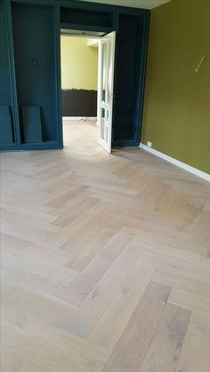 Mooie lichte eiken vloer in visgraat motief Wide Plank Flooring, Wooden Flooring, Hardwood Floors, Wood Floor Pattern, Chevron Floor, Home And Living, Living Room, Game Room, Tile Floor