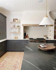Interior Desing, Home Interior, Kitchen Interior, New Kitchen, Kitchen Ideas, Design Kitchen, Kitchen Trends, White Tile Kitchen, Dark Grey Kitchen
