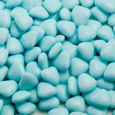 Crisp sugar heart shaped shells in blue encasing a smooth milk chocolate. These mini chocolate dragees make a great filling for your wedding favours.