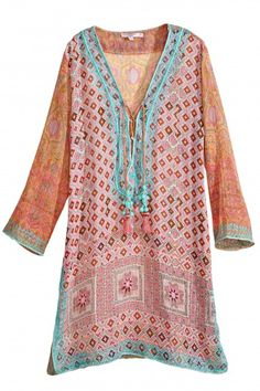 Embody the Calypso spirit with this stunning printed cotton gauze tunic. Gypsy Style, Bohemian Style, Boho Chic, My Style, Bohemian Tops, Indian Tunic Tops, Diy Couture, Colourful Outfits, Boho Outfits