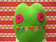 Kuschelmonster Frosch mit Hose von polly plüsch auf DaWanda.com