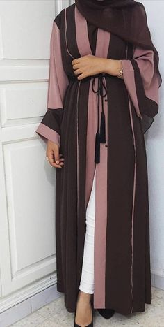 Brand new beautiful two tone open abaya in Dusty Rose and Chocolate Brown. Size 54 length - 5'3-5'4 fits sizes 8-18 Comes with black rope tie belt. Material: Nida Silk