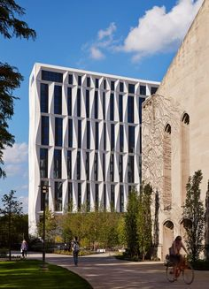 university-of-chicago-campus-north-residential-commons_studio-gang-architects_steve-hall-copyright-hedrich-blessing_dezeen_2364_col_1. Studio Gang curved concrete.
