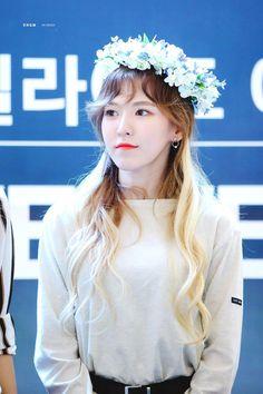 red velvet wendy :: ˚✧ Seulgi, Park Sooyoung, Wendy Red Velvet, Kim Yerim, Korean Beauty, Flower Crown, Korean Girl Groups, Kpop Girls, Girls 4