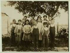 A group of berry pickers at Newton's Farm, Bridgeville, Del. Hull House, Fotografia Social, Infant Mortality, Modern Farmer, Lewis Hine, Farm Kids, National Archives, Library Of Congress, Kids Health
