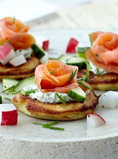 Blinis med laks er en lækker forret - få opskriften her Fish Dishes, Tasty Dishes, Wedding Buffet Food, Shellfish Recipes, Danish Food, Fabulous Foods, I Love Food, Food For Thought, Finger Foods