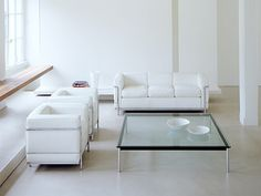 LC2-armchair-in-white-leather-with-Cassina-LC2-3-seater-sofa-and-Cassina-LC10-P-large-coffee-table.jpg (1200×900)