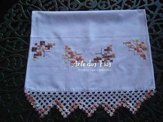 Confeccionado no ponto ilhós Hand Embroidery Patterns, Bargello, Rococo, Diy And Crafts, Towel, Irene, Handmade, Mary, Cross Stitch Embroidery