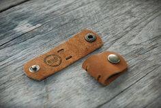 Este sostenedor de cable de nubuck marrón cuero, 100% hecho a mano y cortados a mano. Tamaño: 3 cm. x 9.5 cm. ** (Paquete de 2)