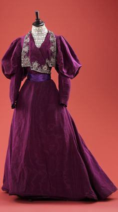 """Dress of silk moiré. Site gives date as """"1900s,"""" but the sleeves say 1890s. Click through for huge, hi-def image. Collection of Alexandre Vassiliev via RussModa magazine"""