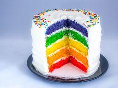 Regenbogenkuchen bzw. Regenbogentorten bestehen aus bunt gefärbten Kuchenböden, die mit einer weißen Creme gestapelt werden. Ein einfaches Rezept mit Video.