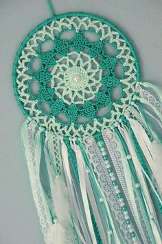 Pin by Dizzy Cat on Filtros dos sonhos Crochet Christmas Gifts, Crochet Gifts, Crochet Doilies, Crochet Flowers, Free Crochet, Doily Dream Catchers, Dream Catcher Decor, Dream Catcher Boho, Crochet Dreamcatcher Pattern Free