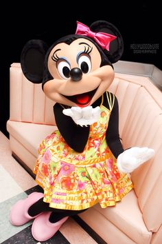 Minnie blowing a sweet kiss Minnie Mouse Pictures, Mickey Mouse Images, Disney Pictures, Mickey And Minnie Love, Mickey Mouse And Friends, Mickey Minnie Mouse, Unicornios Wallpaper, Disney Wallpaper, Disney Cartoon Characters