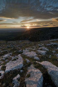Una foto che esprime il fascino di un intero territorio... Un Tramonto sul Gargano #puglia  www.pizzicatobeb.com