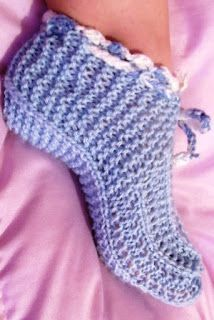 Café com Linha - Crochê, Tricô & Arte: Sapatinhos de Lã para Adultos Weaving Patterns, Stitch Patterns, Crochet Patterns, Crochet Edgings, Free Crochet, Knit Crochet, Knitted Slippers, Yarn Needle, Knitted Blankets