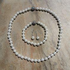 Handgefertigtes Shellperlen Schmuckset  Perlen ca. 8 mm  Collier ca. 47,5 cm mit Magnetverschluss  Armband ca. 20 cm mit Magnetverschluss  Ohrhänger ca. 26 mm #JOY #Einzelstücke #Shellperlen #Perlen #Schmuckset #Halskette #Armband #Ohrhänger #handgefertigt #shellpearl #pearl #jewelryset #pearlset #handmade #handmadejewelry #pearljewelry #Einzelstück #onlyone #Geschenk #Geschenkidee #gift #jewelry #sehenswert #außergewöhnlich #fashion #Lifestyle #schmuckliebe #onlineshopping Pearl Necklace, Pendant Necklace, Jewelry Sets, Pendants, Pearls, Diamond, Necklaces, Handmade Beads, Handmade Jewelry