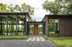 The Modernist Woodland House by Altus Architecture, Disappears in The Landscape Modernistisches Waldhaus – Altus-Architektur – Eingang Modern Glass House, Glass House Design, Contemporary Style Homes, Contemporary Interior Design, Contemporary Houses, Philippine Houses, Woodland House, Woodland Park, Minnesota Home
