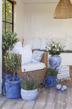 Blå og hvite potter skaper en følelse av sydlig stemning.