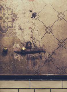 Detalle de los baños en el proyecto de interiorismo de N5. Juicy Lucy, Vintage World Maps, Texture, Bathroom, Painting, Design, Detail, Chic, Interiors