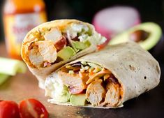 Healthy Buffalo Chicken Wrap ---- A light and healthy wrap filled with buffalo chicken breasts, Greek yogurt, bleu cheese crumbles, broccoli slaw, avocado and tomatoes for an easy lunch (or dinner) with bold flavor! Lunch Recipes, Healthy Dinner Recipes, Real Food Recipes, Cooking Recipes, Delicious Meals, Buffalo Chicken Wraps, Healthy Buffalo Chicken, Healthy Drinks, Healthy Snacks