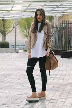 spring outfit: beige suede jacket, ripped jeans and platform shoes