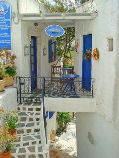 """visitheworld: """" Small picturesque terrace in Lefkes, Paros Island, Greece (by """" Exterior Design, Interior And Exterior, Beautiful World, Beautiful Homes, Wonderful Places, Beautiful Places, Greece House, Greek Decor, Paros Greece"""