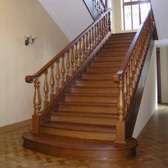 Деревянная парадная лестница для коттеджа из массива дуба. Изготовление на заказ.
