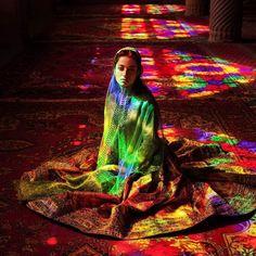 Não busque por céus e inferno no futuro. Ambos são agora presentes. Sempre que conseguimos amar sem expectativas cálculos negociações nós estamos realmente nos céus. Sempre que lutamos odiamos nós estamos no inferno. -- Shams-i-Tabrīzī  Foto: Jovem iraniana em mesquita de Nasil-al-Mulk também conhecida como  a mesquita rosa cujos vitrais coloridos dão ar alegre e reverente atemporal ao ambiente.  Capturada por Mihaela Noroc em Shiraz Irã. Ela vive em permanente viagem ao redor do mundo…