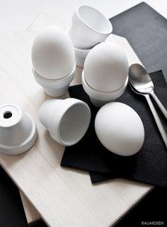 Witzige Idee: #Eierbecher aus kleinen weißen Blumentöpfen #Dekoration #Ostern #Inspiration