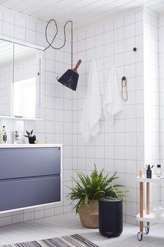 Hanna baderomsinnredning i 120 cm bredde i fargen grå matt kommer fra Linn Bad. Speilskapet har integrert belysning, og gir mye ekstra plass på badet. Bathroom, Blog, Pink, Creative, Washroom, Bath Room, Bath, Bathrooms