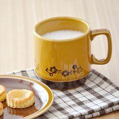 キャラメル色にブラウンの小花柄がかわいい北欧風マグカップ   マグジン