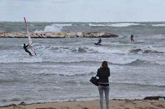 Bari al gelo, la tramontana fa volare i kitesurfisti