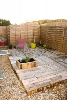 Terrasse Tomorrow Design La recyclerie inventive in diy pallet ideas with Pallets Design Creative Creations Pallet Walkway, Wood Walkway, Pallet Decking, Outdoor Pallet, Pallet Picnic Tables, Pallet Lounge, Pallet Chair, Pallet Benches, Pallet Walls