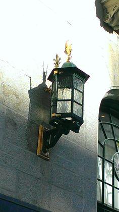 Le Château Frontenac de Québec (lanterne de la cour intérieur). Ce célèbre hôtel situé dans le Vieux-Québec surplombant le fleuve Saint-Laurent depuis la terrasse Dufferin. Le Château Frontenac nommé ainsi en l'honneur de Louis de Buade, comte de Frontenac, qui fut gouverneur de Nouvelle-France de 1672 à 1682 et de 1689 à 1698
