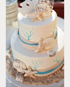 love all the seashell accents on this beach wedding cake!  ~  we ❤ this! moncheribridals.com
