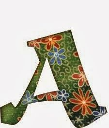 Alfabeto floral con fondo verde.