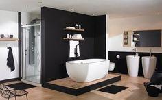 Cette salle de bain design innove avec sa baignoire îlot ronde ainsi que ses lavabos originaux. Un aménagement moderne et bien pensé ! © planetebain.com