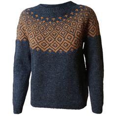 Strikkeopskrift Søster Fie. Flot klassisk sweater / kofte med mønsterstrik i 100% uld, strikket på pind nr. 3. Se mere på: www.hannelarsenstrik.dk