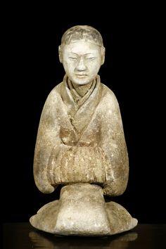 Exceptionnelle servante assise en terre cuite grise à traces de pigments rouge, brun foncé et noir. Chine, dynastie des Han occidentaux (206BC-08AD). 1ère moitié du deuxième siècle avant J.C. Provenance: fosses funéraires d'accompagnement à la tombe de l'impératrice DOU, épouse de Wendi (180-157 BC). Renjiapojian, Xi'an, Shaanxi.   artfinding.com