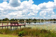 Colorido muelle rojo en uno de los tantos lagos que se encuentran en #Orlando, #Florida. http://www.bestday.com.mx/Orlando-area-Florida/ReservaHoteles/