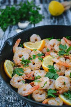 Creveţi traşi în unt cu usturoi şi pătrunjel Seafood Recipes, Dinner Recipes, Cooking Recipes, Healthy Recipes, Good Food, Yummy Food, Romanian Food, Dessert Bars, Shrimp