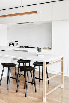 Black meets white: stool JEAN by Stefan @stefandiez. #e15 #kitchen #marble