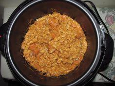 Macarrão na Panela de pressão elétrica   Ingredientes: 1/2 pacote de macarrão (utilizei tipo parafuso) 1 sache de molho de tomate a mesma medida de água 1 cx de creme de leite 1 colher de sopa de cebola 1/2 colher de sopa de alho 1 colher de orégano 1 colher de chá de sal 1 lata de sardinha ou atum 1 cenoura pequena picada. Colocar na panela de pressão elétrica na função arroz na Panela britânia  deixo por 10 minutos. Tirar a pressão e servir. ;)