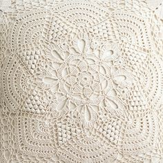 ao with / Crochet vintage pillow.I need a pattern for this so badly! Crochet Decoration, Crochet Home Decor, Crochet Crafts, Crochet Projects, Crochet Pillow Cases, Crochet Cushions, Crochet Stitches Patterns, Doily Patterns, Lace Doilies