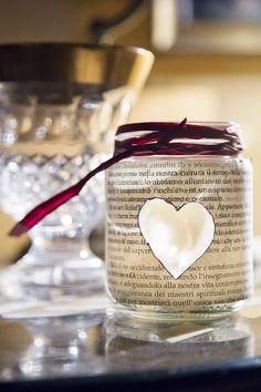 Porta candele ricavato da un barattolo in vetro con il decoupage.  http://dilycious.com/vasetto-in-vetro-riutilizzato-con-il-fai-da-te/